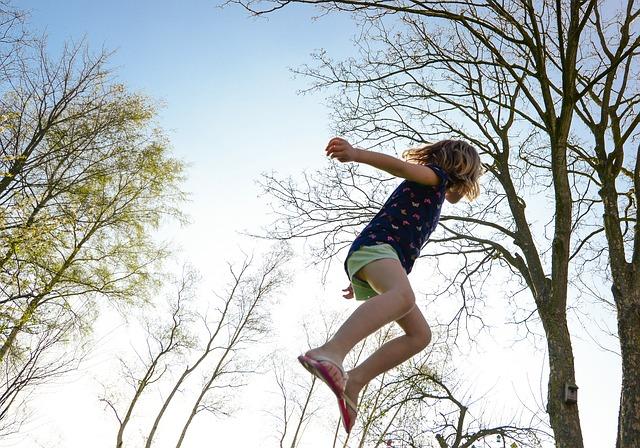 děvčátko, skok, stromy