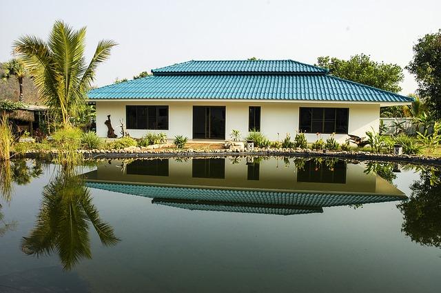 jezírko, světlý domek, modrá střecha