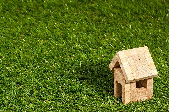 tráva, dřevěný domeček