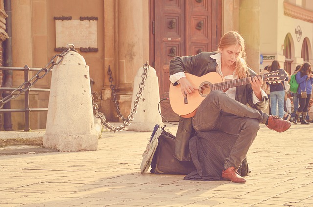akustická kytara a blondýn
