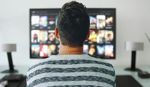 mladík u tv