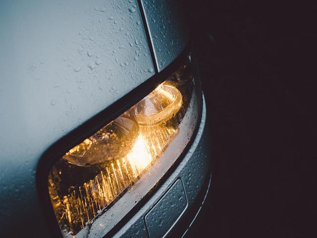 rozsvícené přední světlo auta
